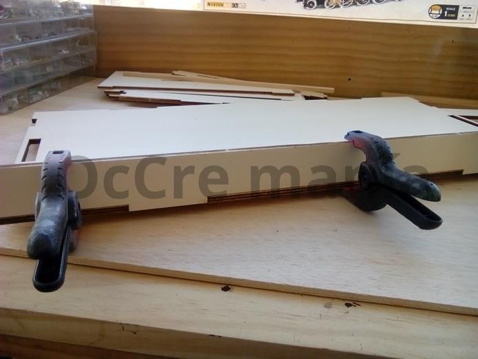 Aplicar presión con pinzas en mueble taller OcCre.
